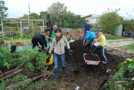 Filling up with manure from the pile – Hamza, Nickolas and Sophian with their spades